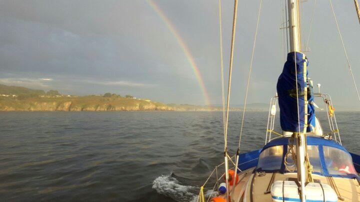 Arcoiris sobrte el mar, frente a la popa del velero