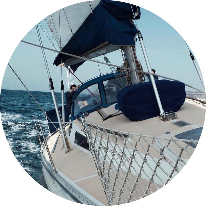 Alumnos prácticando navegación en el velero de Dunasport